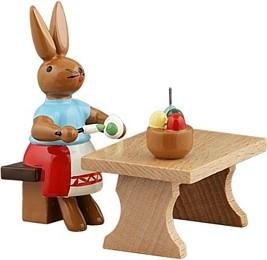 Hasenmalerin am Tisch