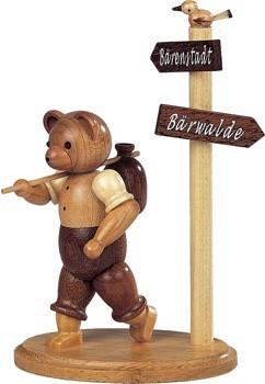Bär Wanderer am Wegweiser