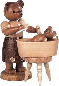 B�renmutter mit badendem Kind