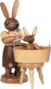 Hasenmutter mit badendem Kind