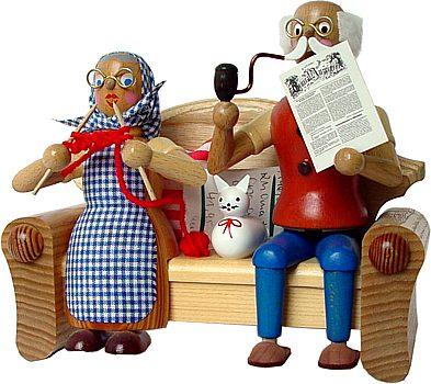Räuchermann Oma und Opa auf dem Sofa