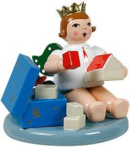 Engel mit Spielzeugkiste, sitzend