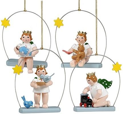 Baumbehang spielende Engel auf Himmelsschaukel, mit Krone