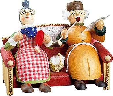 Räuchermännchen Oma und Opa auf Sofa