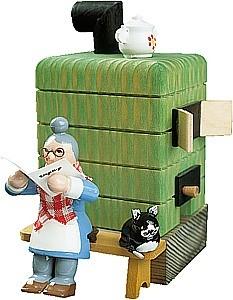 Räuchermann Oma vor dem Rauchofen