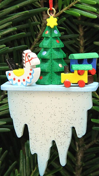 Baumbehang Baum mit Spielzeug auf Eiszapfen