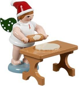 Weihnachtsengel mit Teigrolle am Tisch